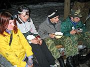 Ночной костер в зимнем походе.
