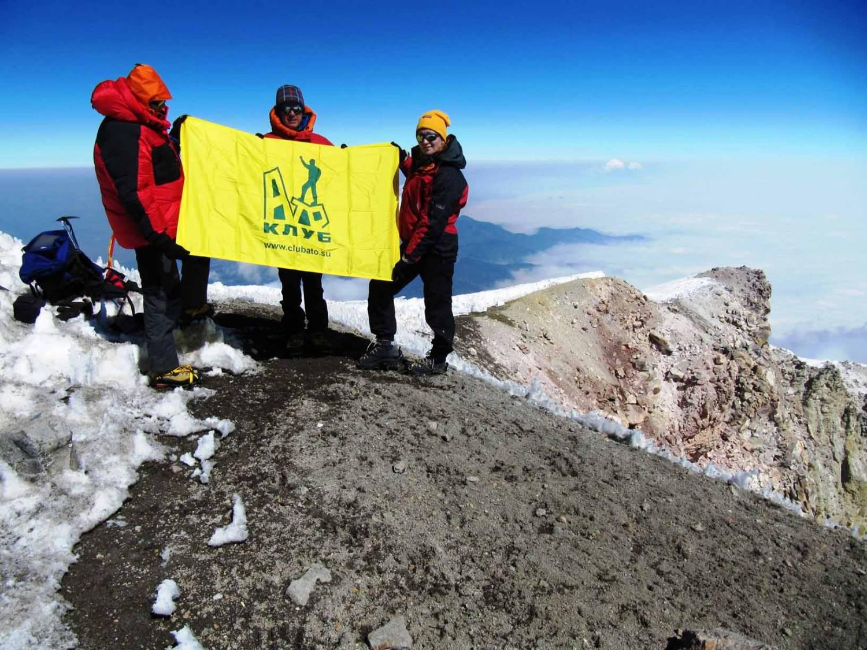 Флаг Клуба АТО на вершине вулкана Орисаба Мексика
